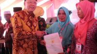 Lega Terima Sertifikat Tanah, Warga Kampung Nelayan: Terimakasih Gubenur Rohidin