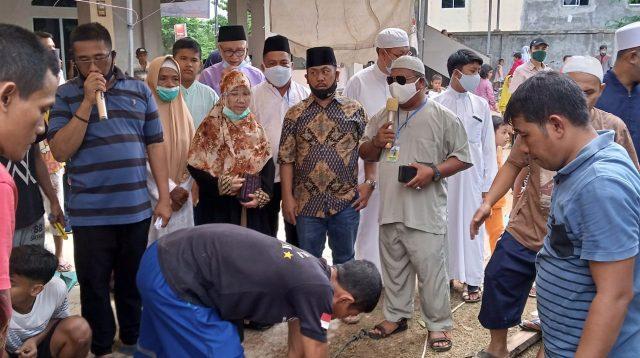 Isdianto-Suryani Bagikan Hewan Kurban di Kota Batam