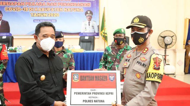 Di Natuna, Bahtiar Serahkan 100.000 Masker