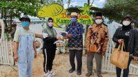 Sofha Bahtiar Berbagi Masker Gratis di Kampung Terih